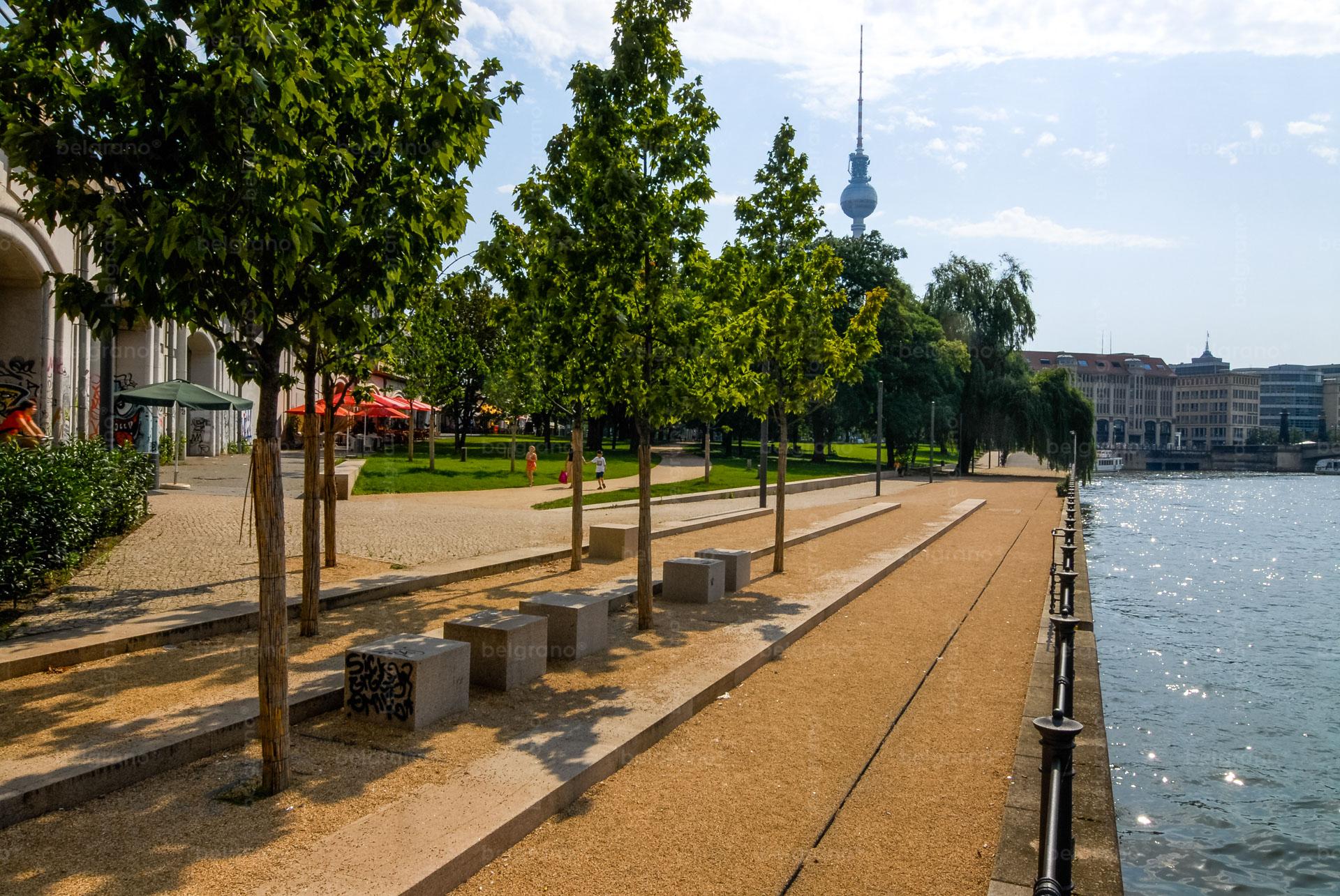 Monbijoupark in Berlin mit belgrano® Naturstein Sitzblöcken und einer Stufenanlage aus Granit