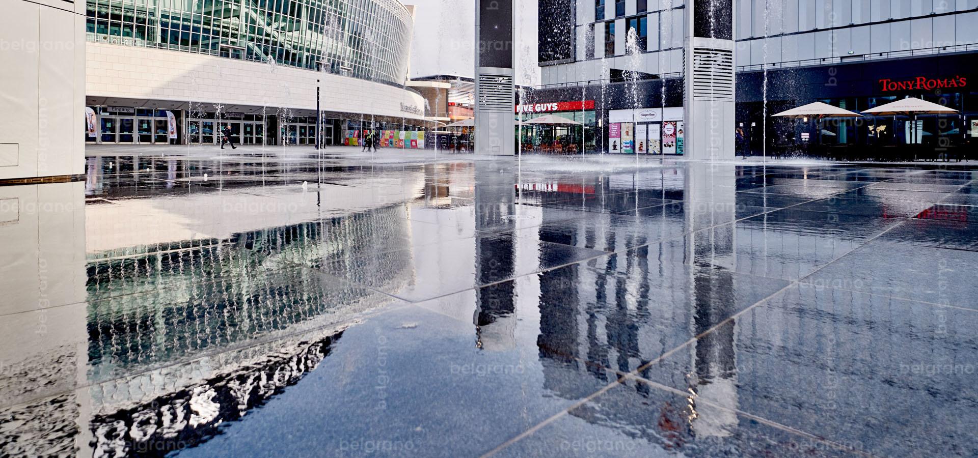 Mercedes Platz in Berlin mit einem belgrano® Naturstein Wasserspiel, Fontänenfeld und Bodenplatten aus Diorit