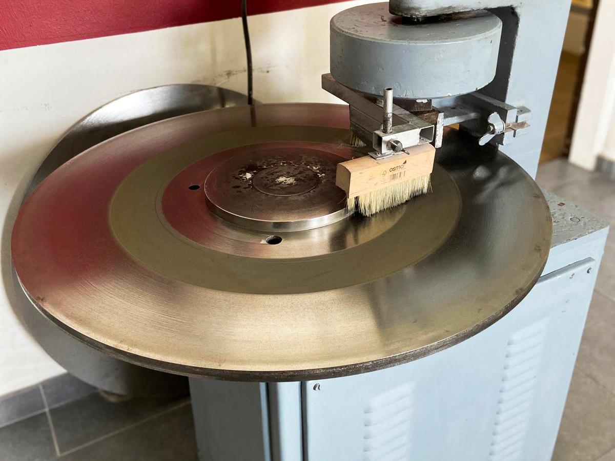 Verschleißprüfung von Natursteinen - Baustoffprüfstelle Wismar