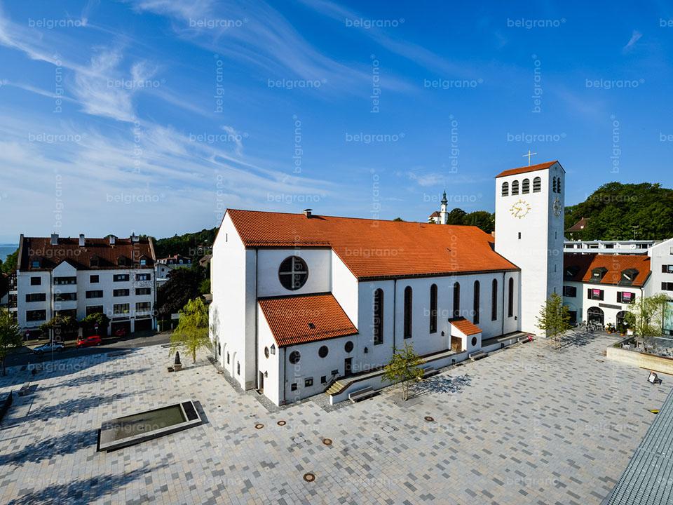 Kirchplatz in Starnberg - mehrfarbige belgrano® Naturstein Bodenplatten und Pflastersteine im Pixel it Muster aus Granit und Diorit