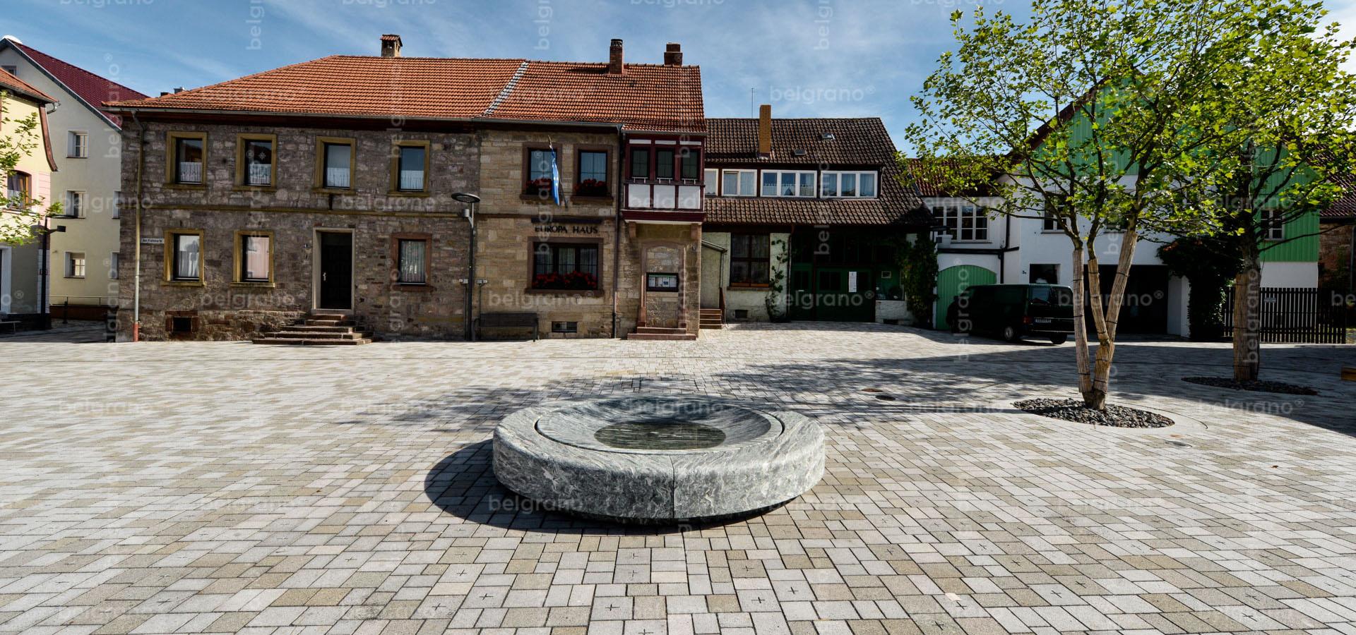 Viehmarkt in Hammelburg mit belgrano® Naturstein Gravursteinen aus Granit und einem Brunnen aus Gneis