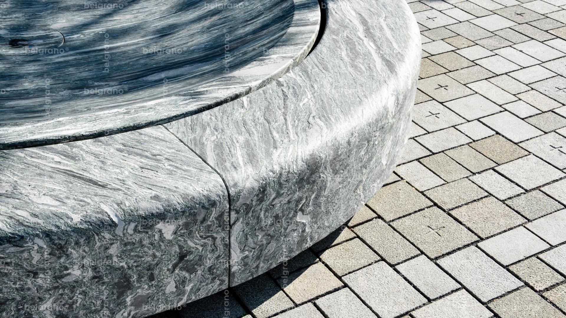 Viehmarkt in Hammelburg - mit mehrfarbigen gravierten belgrano® Naturstein Pflastersteinen aus Granit und einem Naturstein Brunnen aus Gneis
