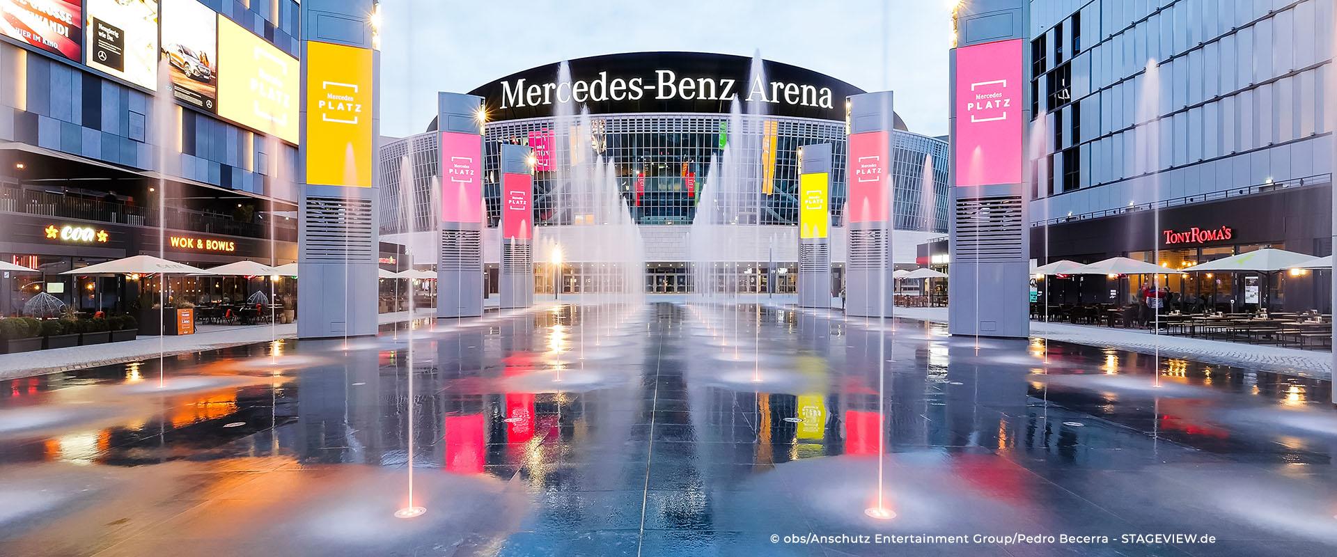 Mercedes-Platz-in-Berlin-Fontänenfeld-mit-belgrano®-Naturstein-Bodenplatten-aus-Diorit