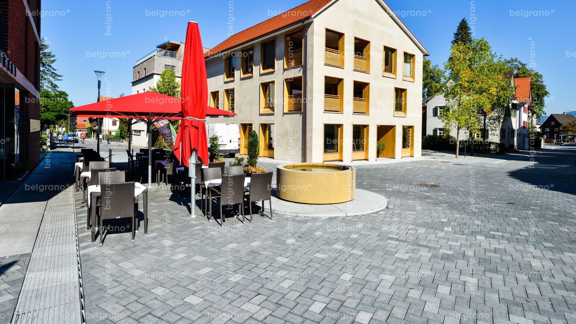 Fußgängerzone von Hohenems mit belgrano® Naturstein Pflastersteine, Bodenplatten, taktile Leitsystemen, Sitzelemente und Muldensteine aus Granit