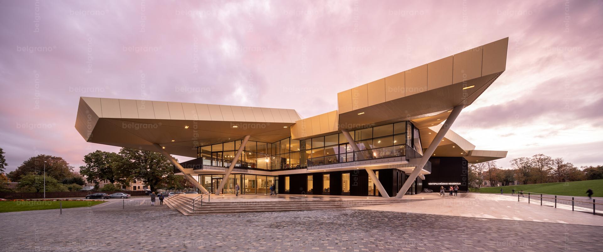 Musikschule und Konzerthalle in Ventspils - mit Naturstein Blockstufen, Bodenbelägen, Sockelelementen und Innenböden aus belgrano® Granit